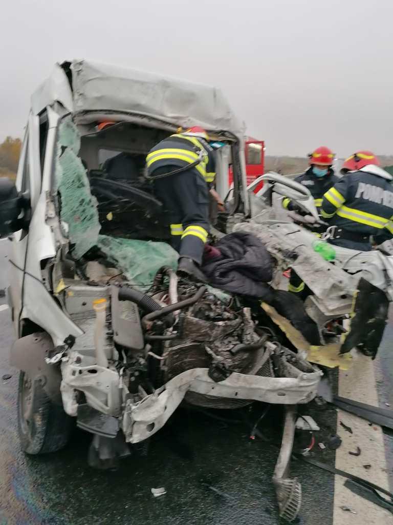 Accident violent pe A1: un șofer a rămas încarcerat după impactul