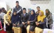 M Hadi Siswanto berfoto bersama istri dan keluarga usai dilantik sebagai anggota DPRD Karimun.