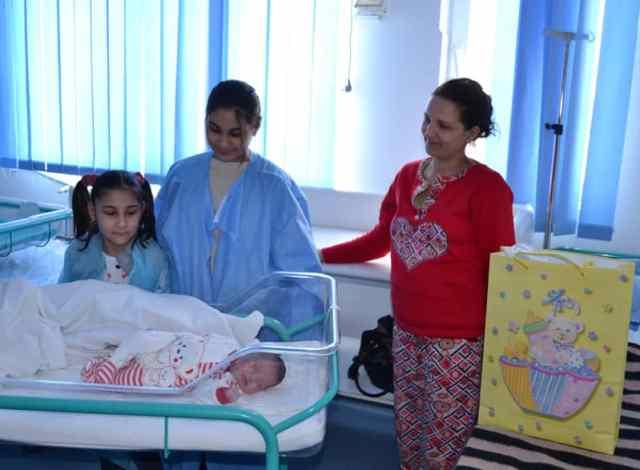 Micuța Iasmina și una dintre surorile mai mari, într-un salon al maternității din Buftea