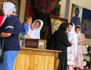 Irina, tânăra care a devenit mămică în urma rugăciunilor la Brâul Maicii Domnului, a venit acum cu micuțul Mathias ca să aducă mulțumiri Preacuratei Fecioare