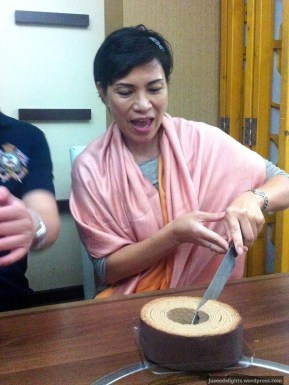 Mom cutting cake with chef's knife because restaurant claims to have no smaller knives