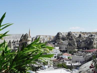 Blick in die von Felsen eingerahmte Stadt Göreme