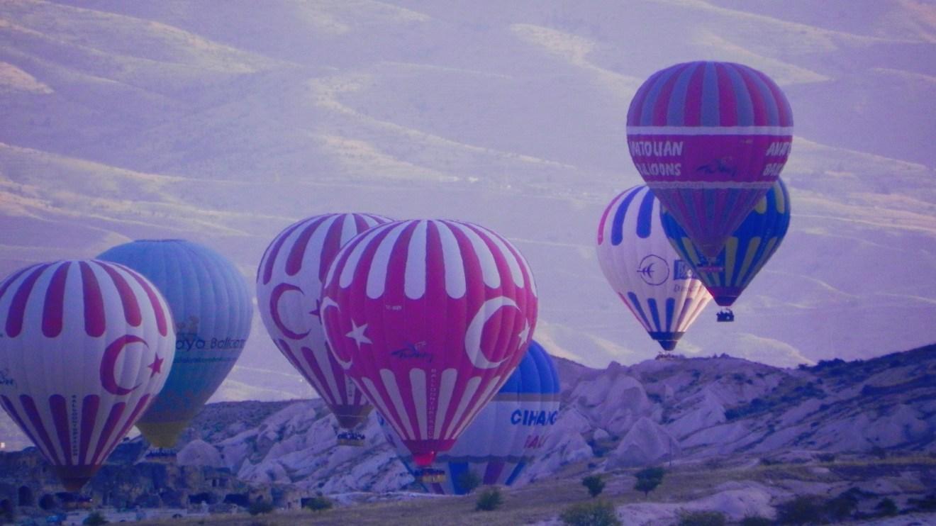 Heißluftballon im Morgengrauen