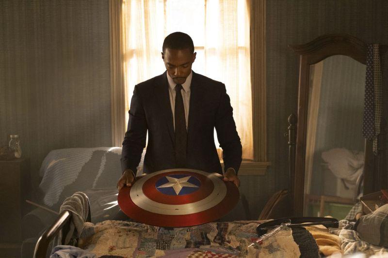 Anthony Mackie (le Faucon) tenant le bouclier de Captain America dans Falcon et le Soldat de l'Hiver