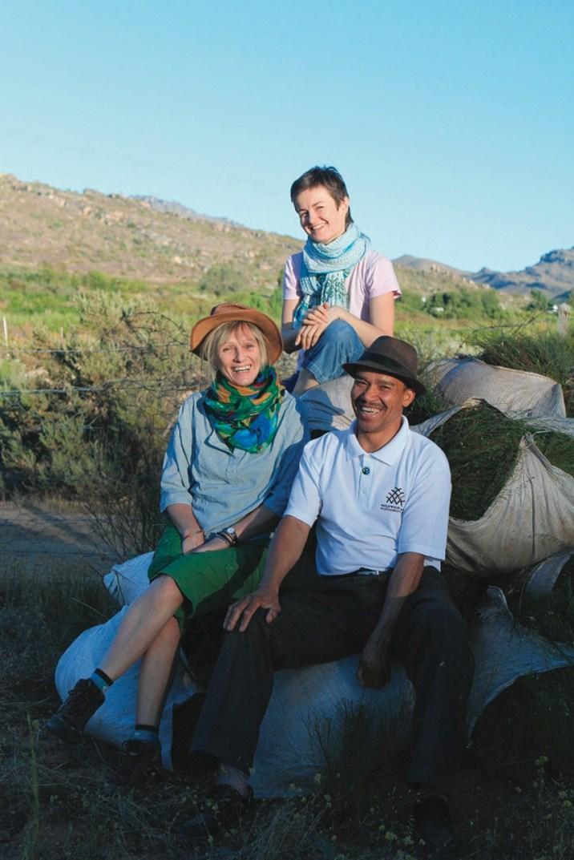 Arlette, la sua assistente Aurélie e il responsabile della piantagione di rooibos, Barend Salomo