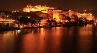 City_palace_at_night_view_Udaipur_rajashtan_wallpapers