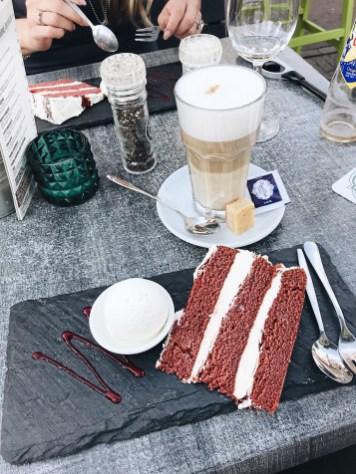 Red velvet cake op het terras in Purmerend