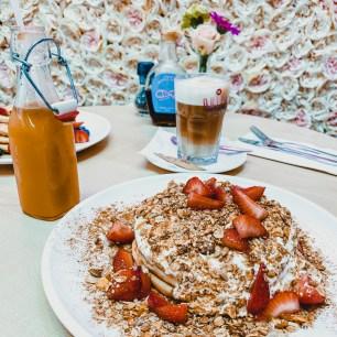 Peer slowjuice, latte macchiato en G.O.O.D Morning Pancake stack