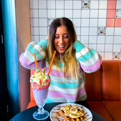 outfit baskin robbins met pastel colorblocking trui