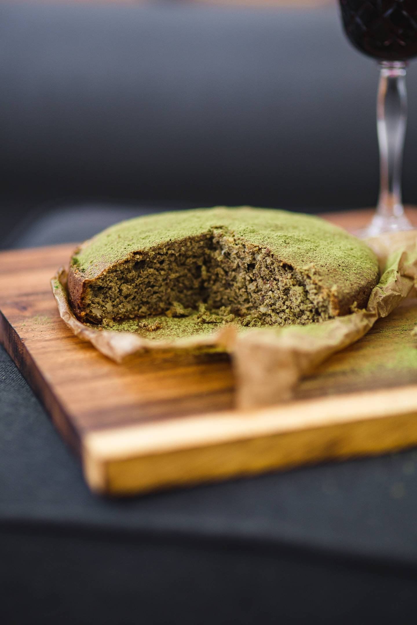 kaboompics_Delicious homemade matcha cake on a wooden board