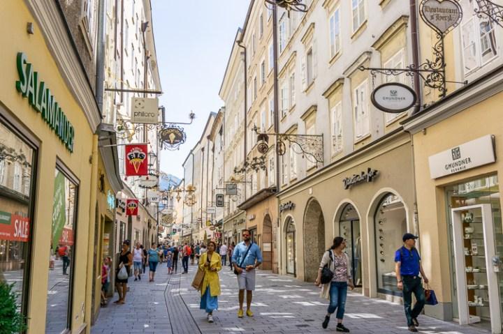 De winkelstraat Getreidegasse in Salzburg