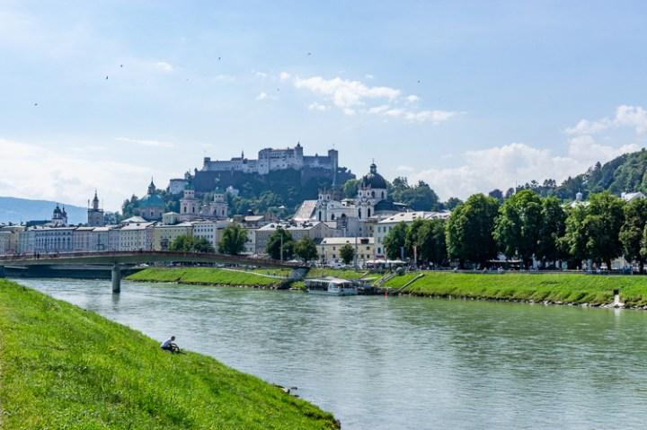 Uitzicht over Salzach en Salzburg