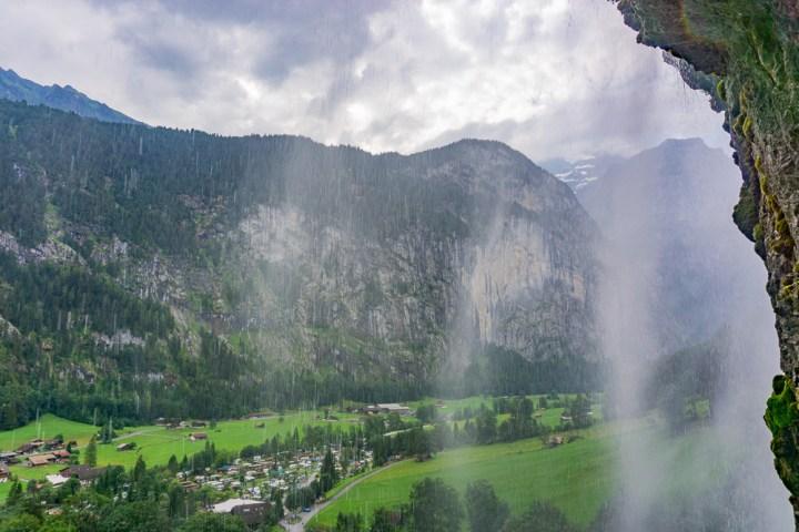 Uitzicht over Lauterbrunnen vanachter de waterval