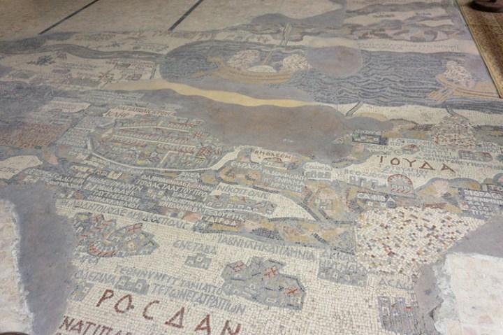 De mozaïeken vloer in de Sint Joriskerk, Madaba.