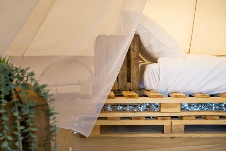 Glamping tent met pallet bed