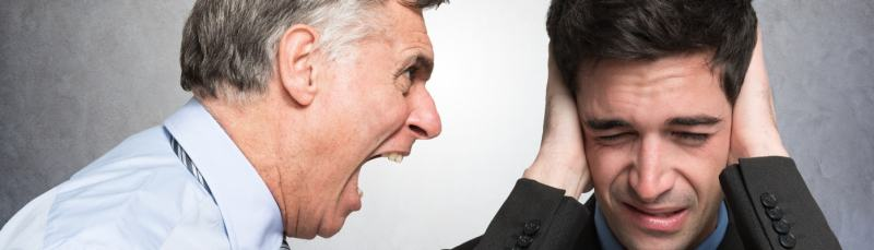 Jefe atacando verbal y psicológicamente a un empleado