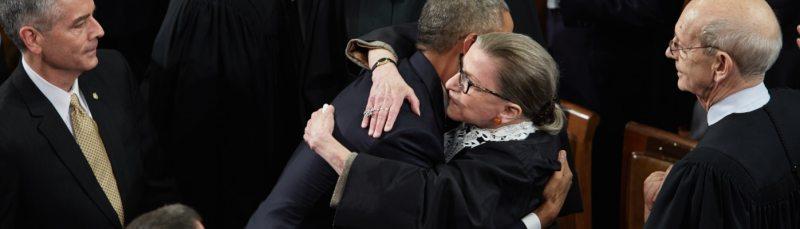 Ruth Bader Ginsburg abraza a Barack Obama.