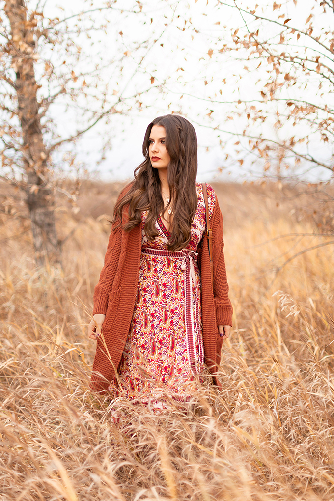 Autumn 2018 Lookbook | How to Style Maxi Dresses for Autumn | Paisley Maxi Dress with a Burnt Orange Cardigan | Brunette Girl in a Field of Grass | Autumn 2018 Trends | JustineCelina.com