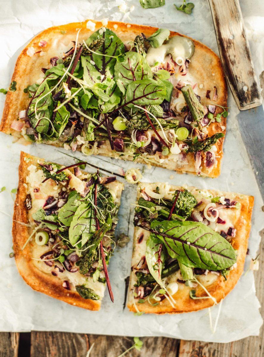 Super gesunder Frühlings-Flammkuchen auf Quinoa-Basis [vegan & glutenfrei] mit Jungzwiebel-Overdose, homemade Pesto und Blutampfer