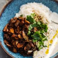 Veganes Pilz-Gyros mit Joghurt-Dressing und Reis