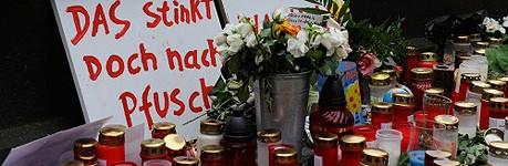 Beim Kölner U-Bahn-Bau wurde offenbar gepfuscht. Trauernde, die zum Gedenken an die beiden Opfer des Archiveinsturzes Kerzen aufstellten, ahnten das schon vor Jahren. (Foto: Foto: ddp)