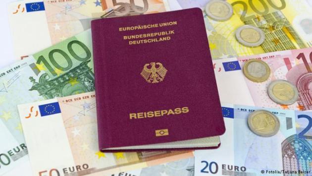 Pass oder Geld her! Verwaltungsgericht dreht vollkommen durch!
