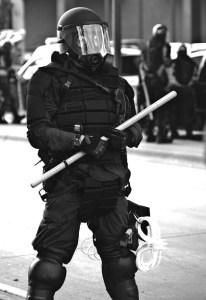 Der Staat schlägt nur noch mit Brachialgewalt gegen das Volk zu. Polizei, Staatsanwaltschaft und Justiz zum Staatsterror vereint.