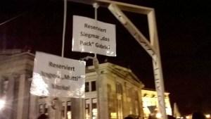 """Der Galgen auf der Dresdner Pegida-Demo war für """"Siegmar"""" Gabriel reserviert. Und ein weiterer für """"Mutti"""" - die auch IM-Erika genannt wird."""