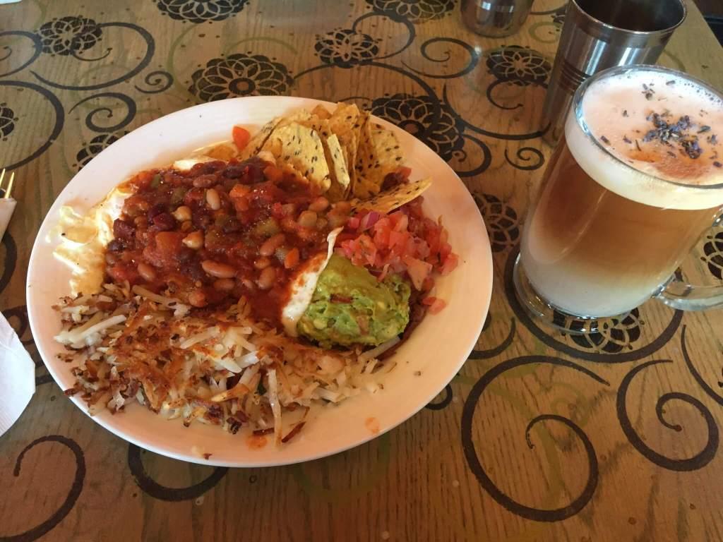 Lavender London Fog and Huevos Rancheros in Kelowna BC |The Best Vegetarian and Vegan Restaurants in Kelowna, BC