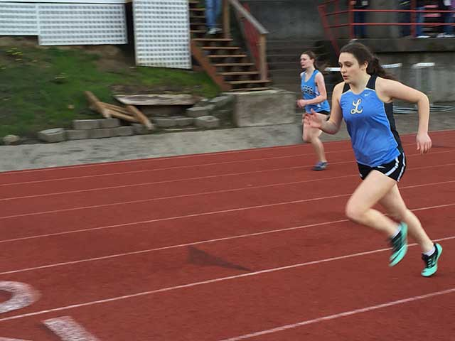 image of young woman running using hip flexor