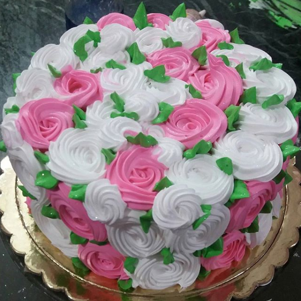 Round Shape With Flower Design Cake 500g