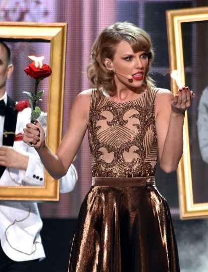 taylor-swift-performs-at-2014-american-music-awards-in-los-angeles_1