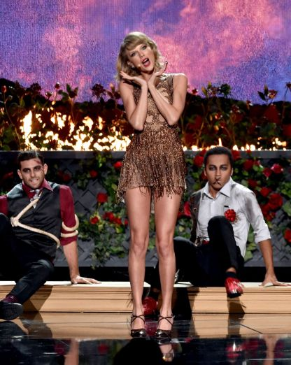 taylor-swift-performs-at-2014-american-music-awards-in-los-angeles_4