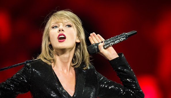 taylor swift performs acoustic holy ground during 1989 dublin tour