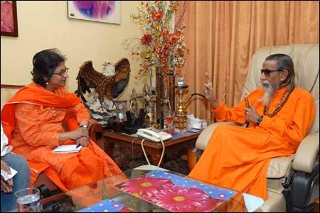 Asma Jahangir with Bal Thakury