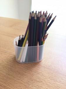 100均透明ケースに色鉛筆を立てて収納
