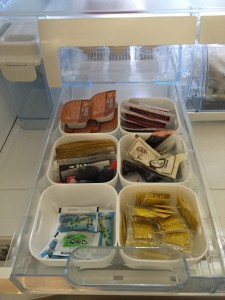 お寿司の醤油や納豆のからしを100均ケースで仕切って収納