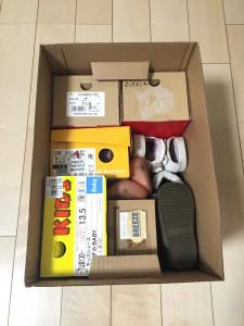 履いていない子供の靴を100均紙ボックスに入れて収納
