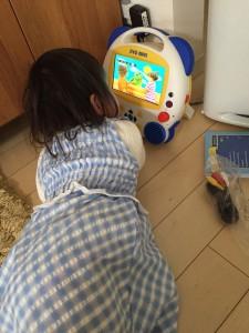 ディズニー英語システムのDVDを夢中で見る子供