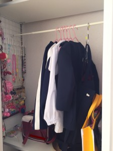 リビング収納内につっぱり棒で幼稚園の制服を収納