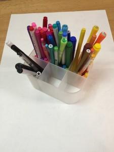 ペンを色ごとに分類して立てて収納