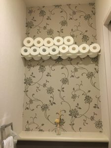 つっぱり棒 トイレットペーパーの収納を増やす