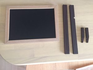 100均アイテムだけで木製の携帯置き場を手作り