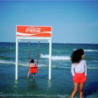 Flirt, bisous et gorgée de soleil 80's sur les plages de Méditerranée.