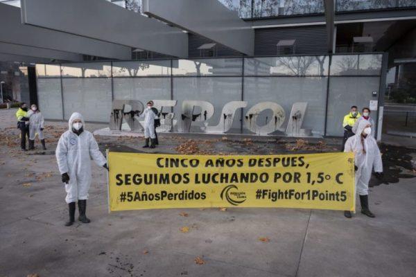 Hoy comienza el juicio contra nueve activistas del clima que denunciaron la negligencia climática de Repsol