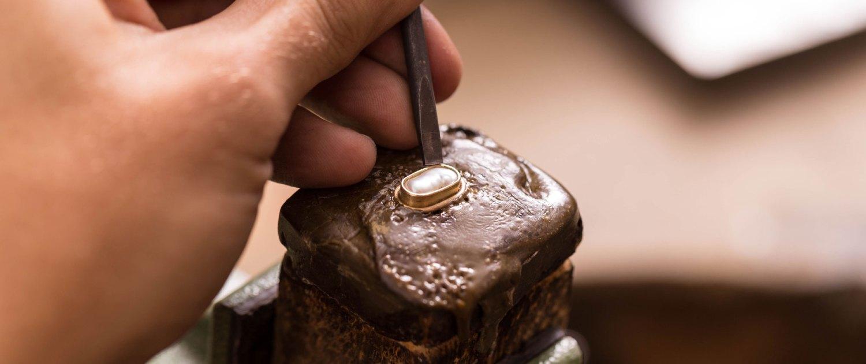 Juwelier Winkler GIA Diamatgutachter. In unserer Goldschmiedewerkstätte fertigen wir Schmuckstücke nach Ihren individuellen Vorstellungen an. Perlen