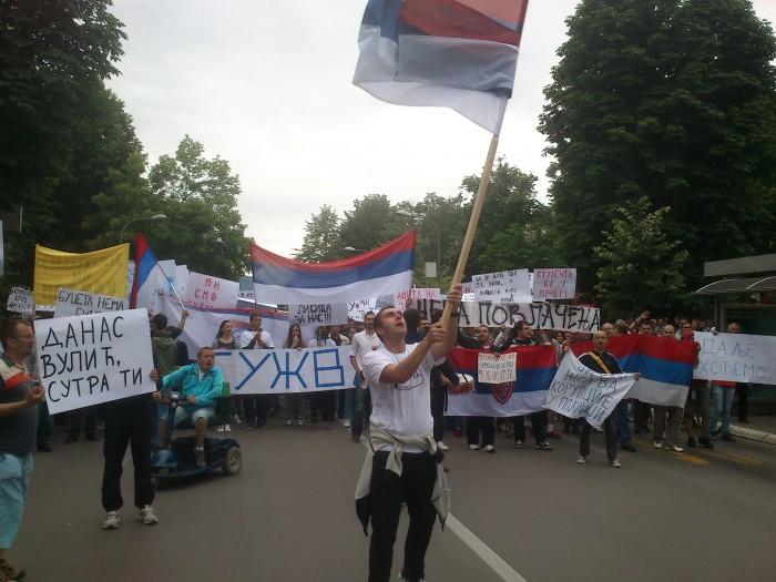 Demonstratie in Banja Luka in de Servische deelrepubliek, juni 2013. Andere vlag, dezelfde klacht (foto: Joost van Egmond)