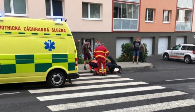 """FOTO OD VÁS: Patnáctiletý chlapec """"vběhl"""" v Oseku na přechodu pro chodce pod kola projíždějícímu autu"""