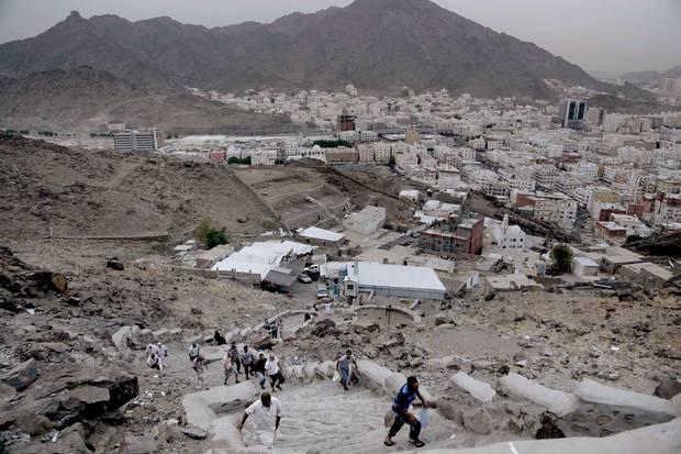 1000 trin fører op til en hule hvor profeten Muhammed fik sin første åbenbaring fra Gud. Hvert år besøger mange troende muslimer dette sted, for at bede de sidste 10 nætter af Ramadanen. Foto: AP