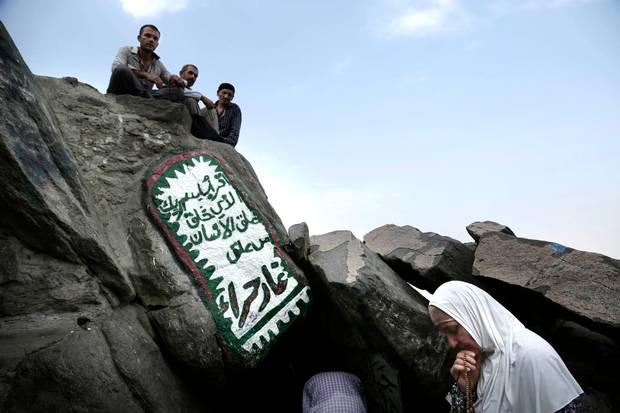 En tyrkisk kvinde beder foran Hira hulen. Foto: AP